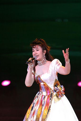 """在新疆具有""""金百灵""""称号的玛依拉举办过多场个人演唱"""